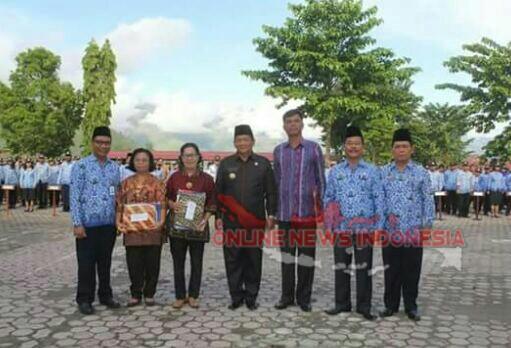 Foto : Bupati Samosir, Drs.Rapidin Simbolon MM (tengah Safari Hitam), diabadikan bersama ketiga ASN yang memasuki masa pensiun.