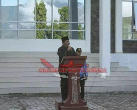 Foto : Bupati Samosir, Drs.Rapidin Simbolon MM, pimpin upacara hari Kesadaran Nasional di Lingkungan pemkab Samosir, Kamis 17 Mei 2018