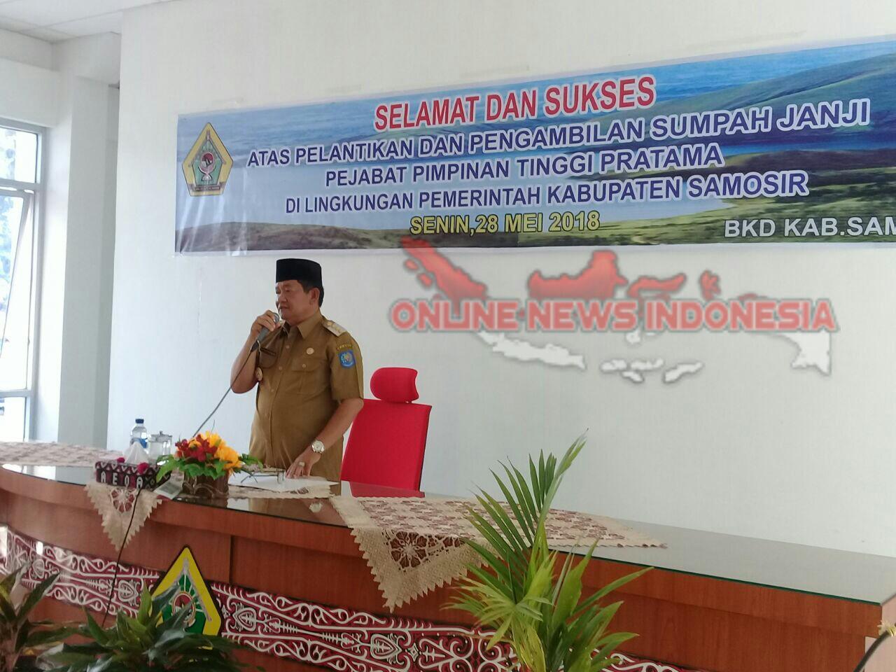 Foto : Bupati Samosir, Drs.Rapidin Simbolon MM, menyampaikan arahan dan bimbingannya kepada pejabat yang baru dilantik, diAula kantor Bupati Samosir, jalan Rianiate Pangururan Senin (28/05)