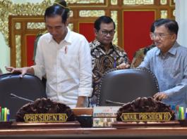 Presiden Jokowi didampingi Wakil Presiden, dan Seskab memasuki ruangan untuk memimpin Rapat Terbatas di Kantor Presiden, Jakarta, Selasa (22/5)