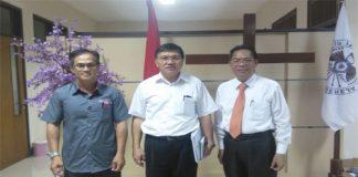 Ketua Sinode GMIM Pdt Dr Hein Arina (Tengah),Sekretaris Umum Sinode GMIM Pdt Evert Tangel, S.Th, M.Pdk bersama Wartawan OLNews Indonesia