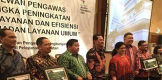 Menteri Kesehatan RI Prof Dr dr Nila Farid Moeloek SpM(K) (keempat kanan), Sekjen Kemenkes dr Untung Suseno Sutarjo MKes (ketiga kanan), dan Dirjen Pelayanan Kesehatan Kemenkes dr Bambang Wibowo SpOG(K) MARS (kelima kanan), bersama para penerima penghargaan.