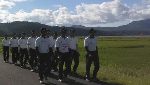 Peserta melintasi Jalan Kakas dengan latar belakang Danau Tondano