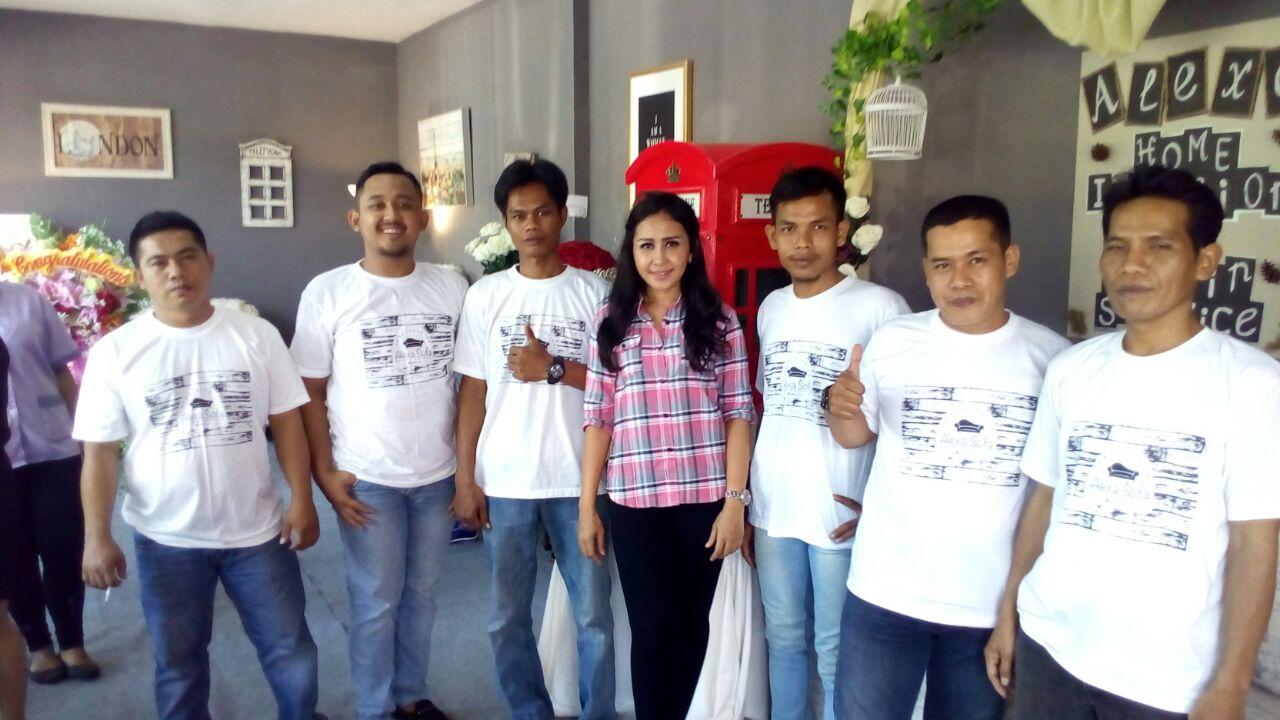 Vicky Dwi Cahyanti Bersama Staffnya