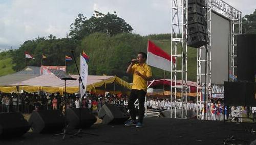 Delon Indonesian Idol tampil membawakan pujian di panggung