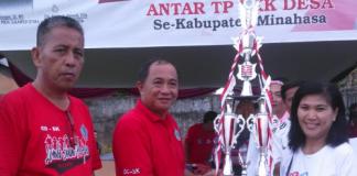 Kadispora Sulut Marsel Sendoh SH menyerahkan piala juara I kepada PKK Kel.Sendangan Tengah Kec Kawangkoan