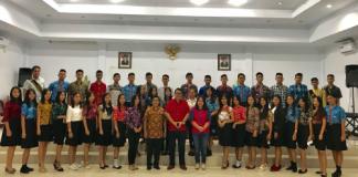 Kepala Dinas Kebudayaan dan Pariwisata Minahasa Agustivo Tumundo (kemeja merah) bersama para peserta pemilihan Putera-Puteri Pesona Minahasa 2018
