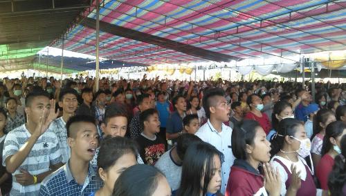 Ribuan peserta dalam tenda saat ibadah pembukaan
