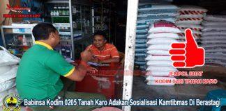 Personil Babinsa Kodim 0205 saat memberikan sosialisasi kepada para pedagang di pusat pasar Berastagi Rabu (29/08)