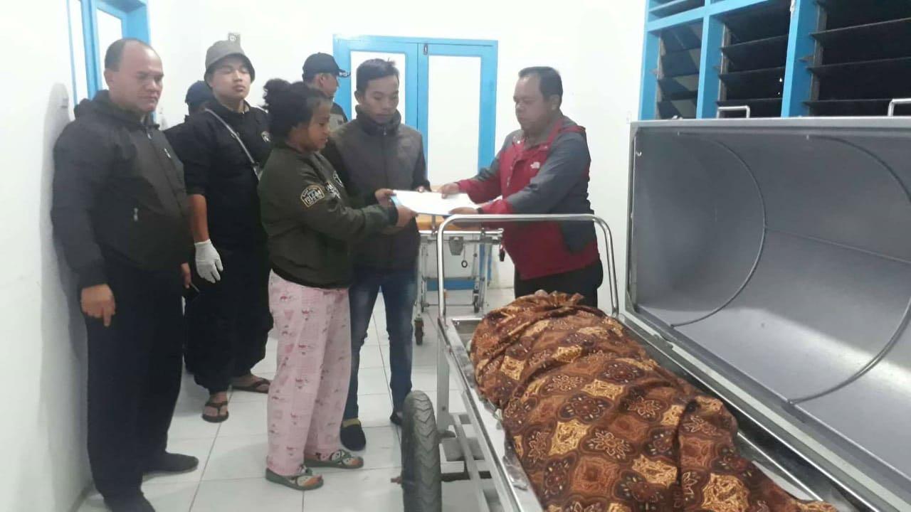 Foto : Jenazah warga binaan Lapas Kabanjahe yang nekat minum Cairan pembersih berada di rumah sakit sebelum di serahkan ke pihak keluarga.
