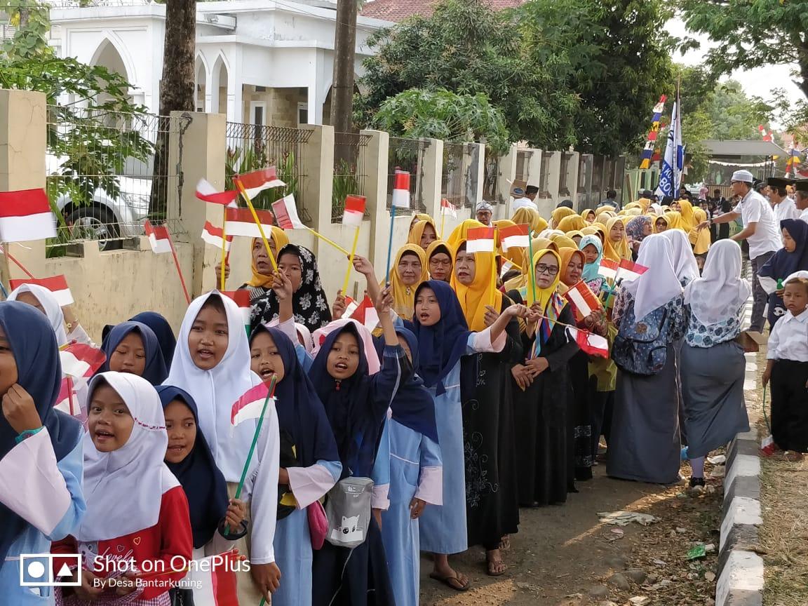 Foto :  masyarakat di se kecamatan Cariu turut serta mengikuti pawai Ta'aruf sebagai pertanda di bukanya lomba MTQ.