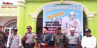 Kapolsekta Berastagi Kompol Aron TT Siahaan SH saat memberikan kata sambutan sebelum pelepasan para peserta pawai dalam memeriahkan Tahun Baru Islam, Selasa (11/09)