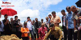 Bupati Karo Terkelin Brahmana SH saat melakukan peletakan batu pertama pembangunan rumah untuk relokasi pengungsi, Kamis (13/09) 2018