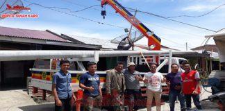 Pihak PLN Berastagi bersama muda mudi Desa Semangat (Raja Payung) berpose di sela sela pemasangan tiang listrik yang baru pada minggu (02/09)