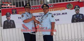 Ka. Rutan yang lama,Theo Andrianus (kiri) salam komando bersama Ka. Rutan yang baru Simon Bangun SH (kanan) di acara sertijab, Jumat (07/09)
