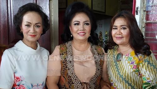 Kadis Pendidikan & Kebudayaan Kota Manado DR. Deysie Lumowa MPd (tengah) bersama Kepsek SMPN 8 Adeleida Kemur SPd MAP (kiri) dan Bertha CJ Gahiwu SPd wali kelas VIII-1