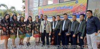 Pdm. Abram Tewu SH, S.Th selaku Sekretaris Umum HUT Pelprip GPDI Sulut bersama peserta Vocal Group dari Kotamobagu.