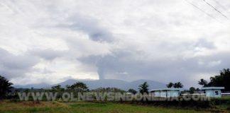 Gunung Soputan pada pukul 16.26 Wita diabadikan dari Desa Tember Kecamatan Tompaso