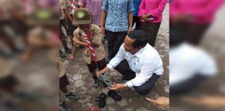 Rapidin Simbolon Pakaikan Sepatu Baru Gratis, Bantuan Goducate Untuk Anak Yatim Piatu Di Palipi