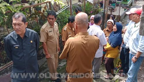 Bupati Karo (kiri), Kepala Bappeda Ir.Nasib Sianturi, dan Anggota Dewan Thomas Ginting saat mengecek kondisi parit gorong gorong di pemukiman warga Berastagi