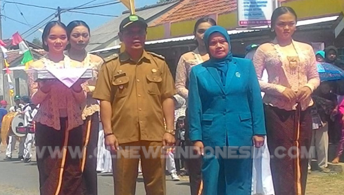 Kepala Desa Bersama Istri dan Serta Masyarakat Desa Sindanglaya Bersiap Menyambut Kedatangan Tim Monev dan Rombongan dari Provinsi Jabar.