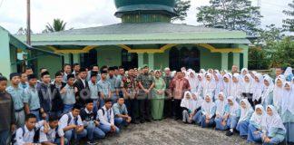 Dandim 0205 Tanah Karo bersama undangan berfose di sela sela kegiatan doa bersama di Masjid Sudirman Batalyon 125/SMB Kabanjahe