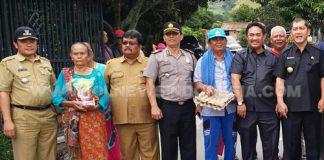 Bupati Karo Terkelin Brahmana SH (kanan) saat meninjau lokasi Desa Tongging