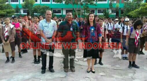 Kadis Pendidikan Samosir, Rikardo Hutajulu(kiri) bersama guru pembimbing(tengah) dan kepala sekolah SMP N 1 Pangururan Samosir Ibu Teksin O Simbolon, disela seleksi masuk sekolah unggul SMA Unggul Del tahun 2017