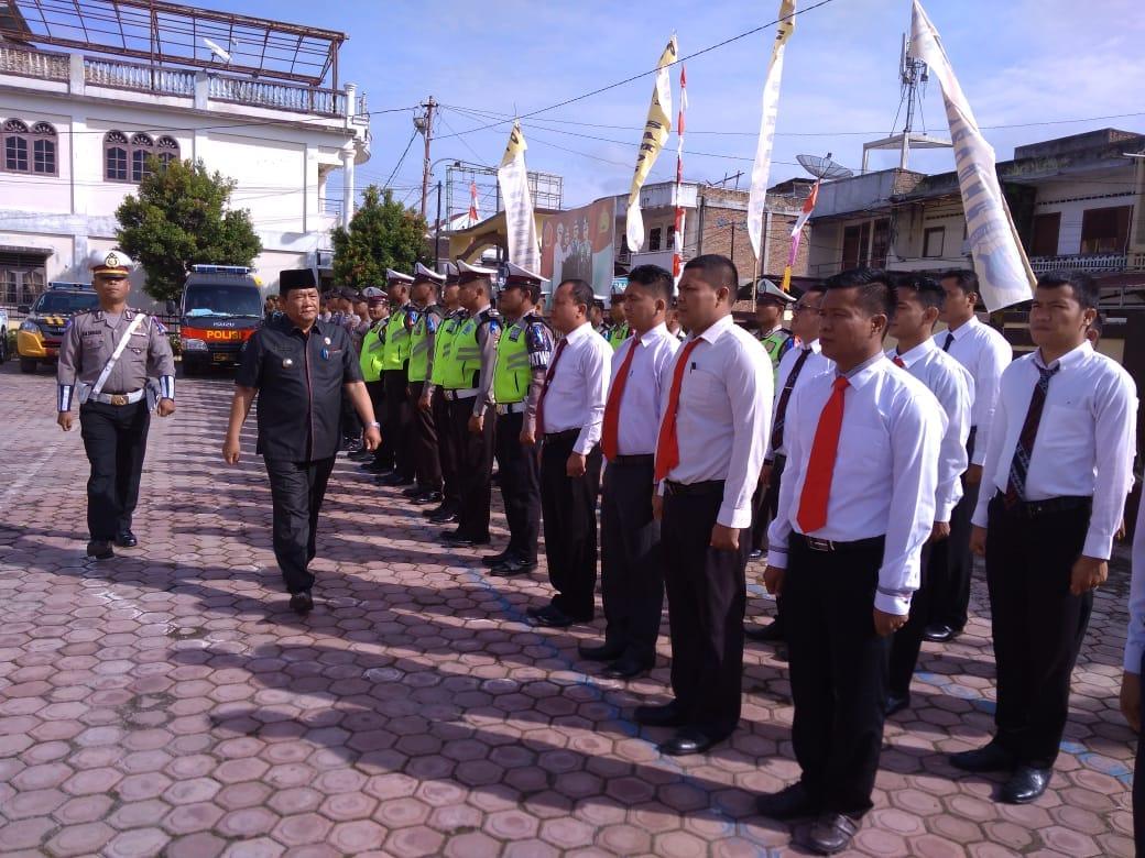 Foto : Bupati Samosir, Drs.Rapidin Simbolon MM melakukan Pemeriksaan Pasukan Operasi Kepolisian Terpusat ZEBRA TOBA 2018 di tingkat Kabupaten Samosir, Selasa(30/10) di halaman Mako Polres Samosir