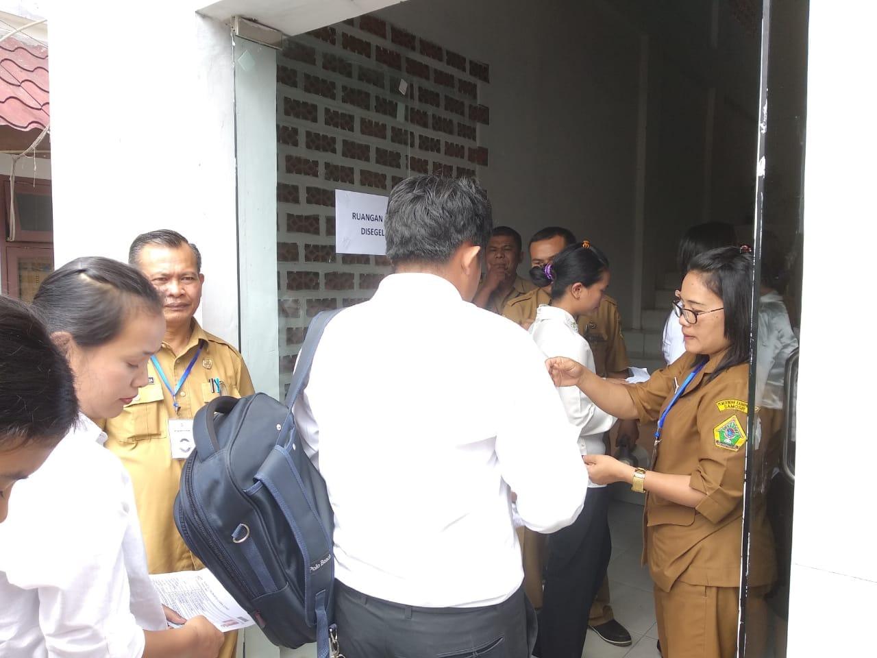 Foto : pemeriksaan para peserta oleh panitia pelaksana ujian CPNS Kabupaten Samosir sebelum memasuki ruangan ujian di aula dinas pendidikan Samosir