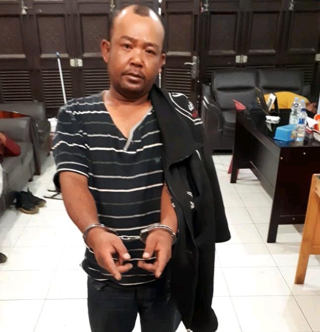 Ket foto  : pelaku ( Gimanta Ginting Manik) pemakai dan pemilik Narkotika jenis shabu shabu saat menunjukkan Barang bukti nya di Mapolres Karo