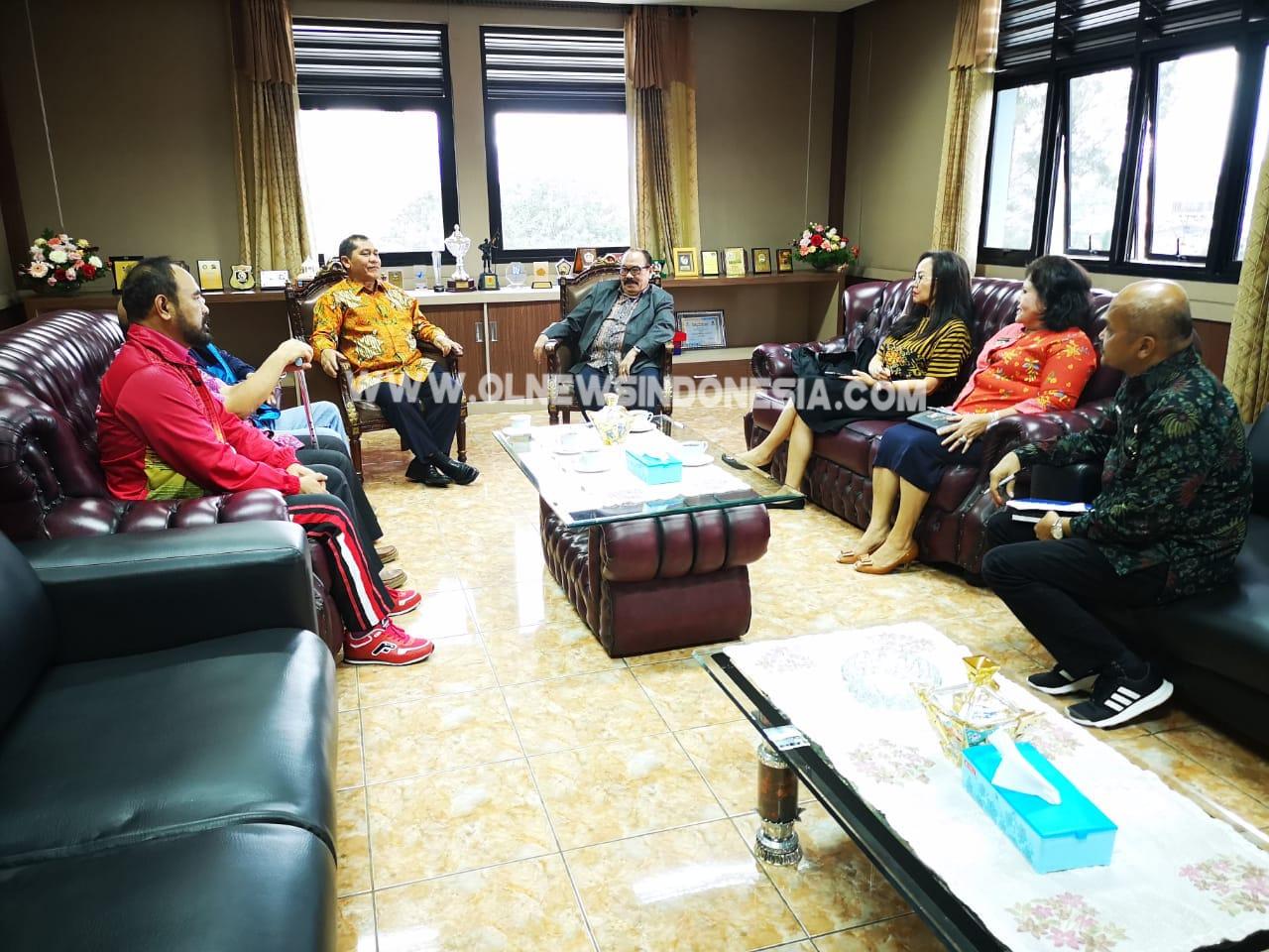 Ket foto : Bupati  dan wakil Bupati Karo Terima kehadiran Group TV Sibayak guna ber audensi di ruang kerja Bupati Karo, Jumat (09/11) 2018