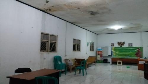Foto : Kondisi gedung kantor Desa Gandoang yang bocor di musim penghujan yang mengakibatkan pelayanan terhadap masyarakat jadi terganggu.