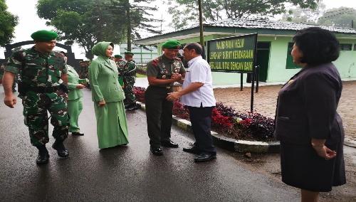 Ket foto  : Bupati Karo Terkelin Brahmana SH bersalaman komando dengan Brigjen TNI Mohammad  Fadjar MPCIT di Makodim 0205 Tanah Karo,  yang di dampingi Wakil Bupati Karo Cory Sriwaty Br Sebayang, Senin (07/01) 2019
