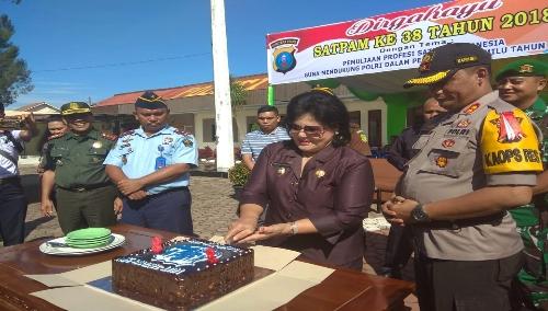 Ket foto : tampak Wakil Bupati Karo Cory Sriwaty Br Sebayang saat memotong kue ulang tahun /Dirgahayu Satpam Ke-38 tahun di lapangan Polres Tanah Karo, Selasa (08/01) 2019