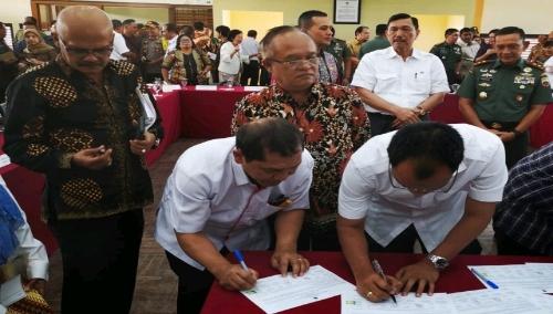 Ket foto : Bupati Karo turut membubuhkan tanda tangan dalam kesepakatan tentang isu kawasan Danau Toba di Institut Teknologi DEL Balige, (13/01) 2019