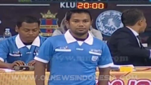 Wasit Alman dalam aksinya menjadi pengadil pertandingan Futsal