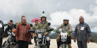 Presiden Jokowi mengendari motor trail menyusuri jalan Trans Papua, di Wamena, Rabu (10/5) siang. (Foto: Humas/Jay)