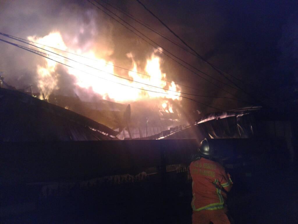 Petugas Pemaadam Kebakaran Tampak Sedang Memadamkan Api