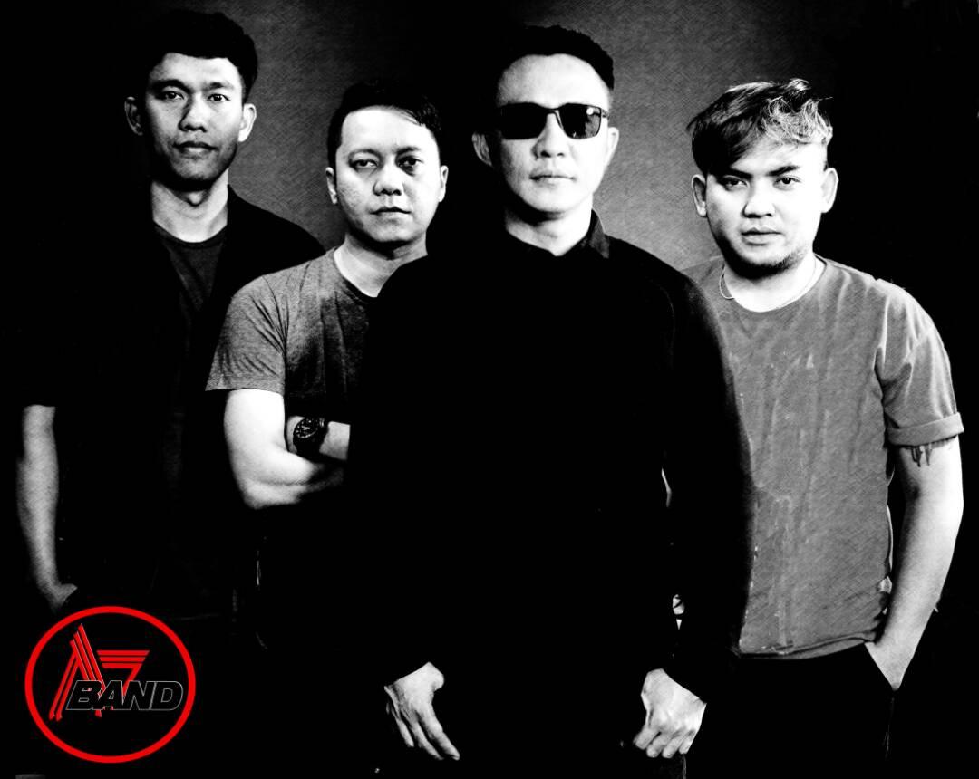 A7 Band Ajie (Vokal), Eggi (Keyboard, synthesizer), Reza (Bass), serta Toro Black (Drum)