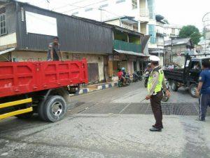 Polisi Mengatur Lalu Lintas