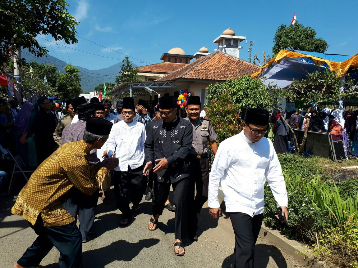 Kedatangan wali kota bandung di Sambut oleh Panitia Acara dan pimpinan ponpes pagelaran 3