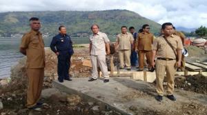 Bupati Samosir Drs.Rapidin Simbolon MM (baju biru) didampingi Kadis PU Samosir (baju abu rokok) sidak ke Pelabuhan Onan Baru Pangururan Samosir Sumatera Utara.