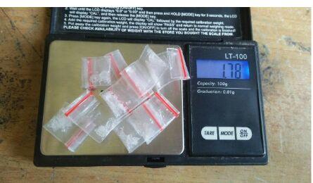 Barang bukti Timbangan Digital dan 10 Paket yang diDuga berisi Narkotika jenis Sabu-sabu yang disita Polisi