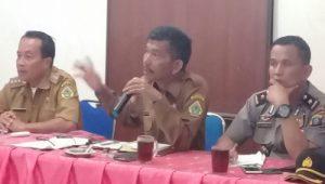 Asisten I Pemerintahan Kabupaten Samosir Sumatera Utara MANGIHUT Sinaga (tengah) disela Musyawarah Masyarakat Sosor Tolong Di Aula Kantor Camat Simanindo.