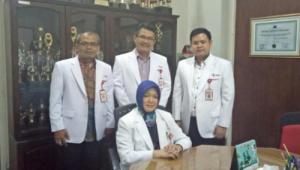 Direksi Rumah Sakit PMI Bogor, Kiri-Kanan Berdiri dr Saptono Raharjo (Wa Direktur Keungan), dr Febry Iman Sudjudi Sp.U (Wa Direktur Yanmed & Kep) , dr M Arfan Faturrachman (Wa Direktur Umum). Duduk : Dr. Yuliantini MARS (Direktur RS PMI Bogor)