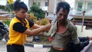 Pelaku Patar Simbolon (42) suami korban saat digelandang ke Mako Polres Samosir