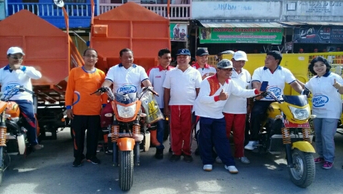 Foto: Bupati dan wakil Bupati Samosir bersama Kacab BANK Sumut Serta para SKPD foto bersama alat moda transportasi betor   berasal dari CSR Bank Sumut 2017