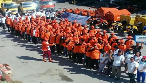 Foto: Bupati Samosir Drs.Rapidin Simbolon MM menyemangati para petugas kebersihan di Parade alat moda transportasi kebersihan