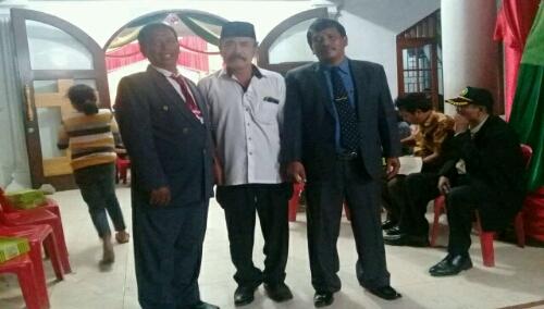 Foto: Beresman Sinaga (pakai peci) bersama pengurus gereja HKBP Pintusona Pangururan Samosir
